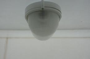 plafon-lampa-pogreb-plastikovyj